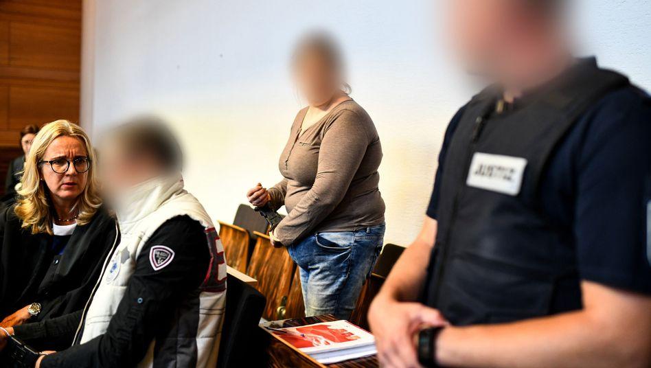 Angeklagte Mutter (2.v.r.) und ihr Lebensgefährte (2.v.l.) im Freiburger Gerichtssaal