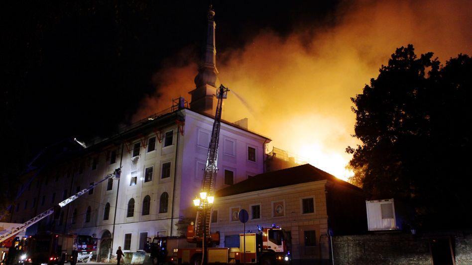 Feuerwehrleute beim Einsatz am Schloss in Riga: Dachstuhl komplett abgebrannt