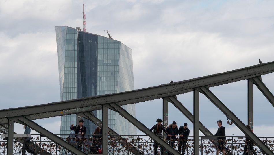 Passanten auf einer Brücke vor der EZB in Frankfurt: Auf Dividenden und Aktienrückkäufe verzichten