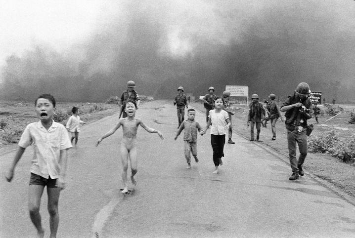 Kinder nach Napalm-Angriff in Südvietnam (1972): Bild mit Symbolkraft