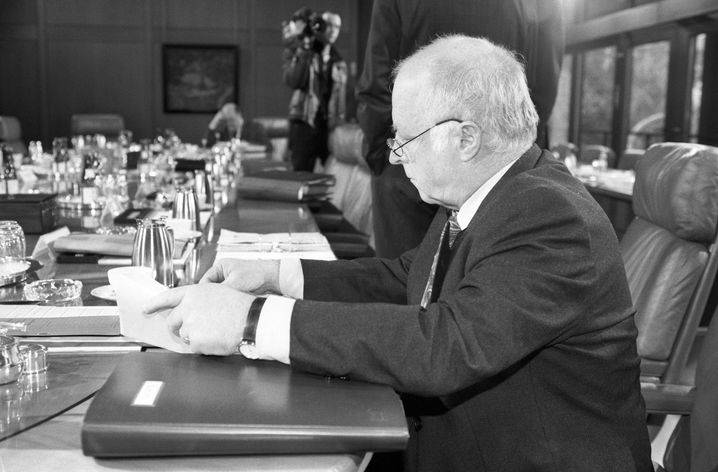 Als Minister bei einer Kabinettssitzung in Bonn
