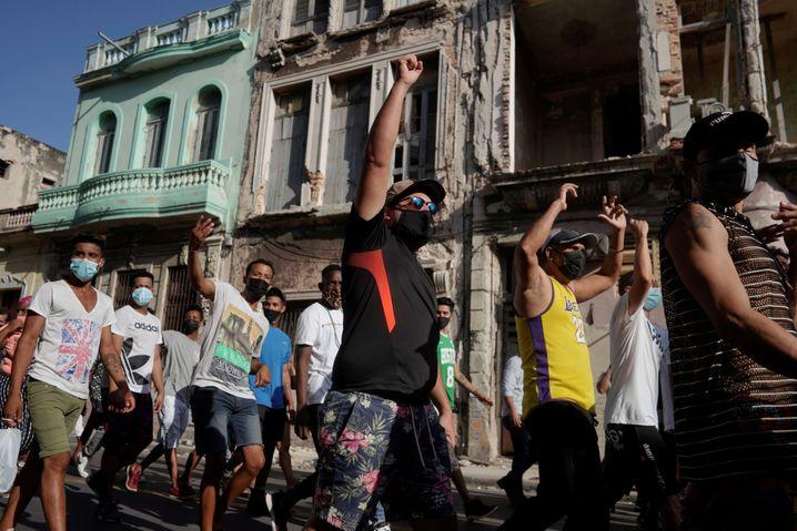 Proteste in Kuba | Bildquelle: https://t1p.de/ukvo ©  ALEXANDRE MENEGHINI / REUTERS | Bilder sind in der Regel urheberrechtlich geschützt