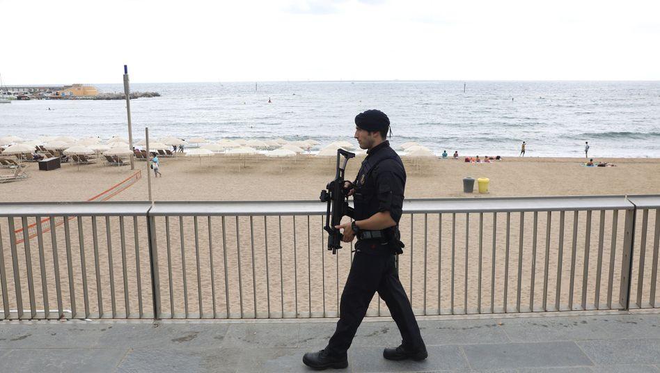 Polizist am Strand von Barcelona