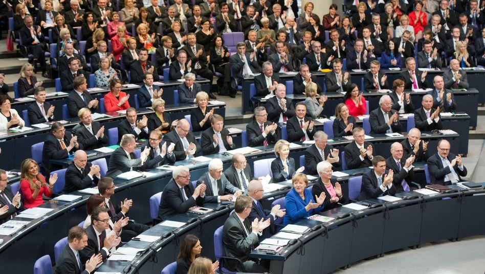 Plenum des Bundestags (im Oktober 2013): Jeder vierte Abgeordnete übt außer seinem Mandat noch weitere Jobs aus