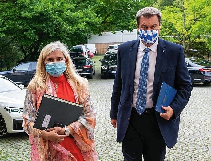 Bavarian Governor Markus Söder together with his state's Health Minister, Melanie Huml: Problems with testing in Bavaria have been bigger than previously believed.