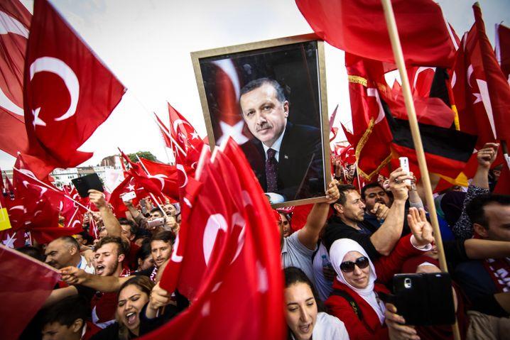 """Erdogan-Anhänger in Köln 2016: """"Ich bitte um Ihre Anweisung"""""""