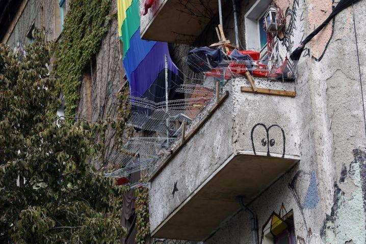 Balkon an der L34: Gitter von Einkaufswagen angebracht