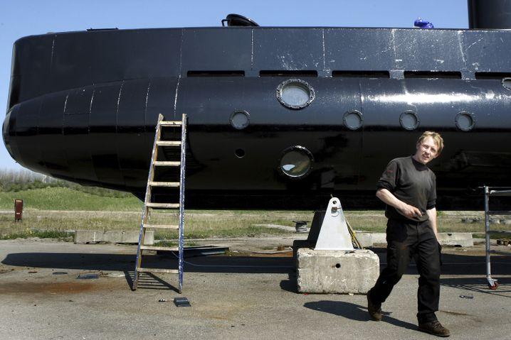 Peter Madsen vor seinem U-Boot (2008)
