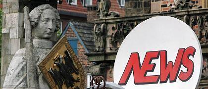 Satellitenschüssel vor dem Symbol Bremens, dem Steinernen Roland: Bloß nicht den Mehltau der Großen Koalition im Vorgarten