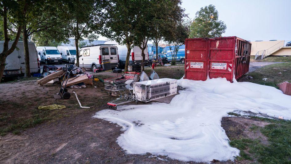 Löschschaum am Einsatzort am Rande einer Hochhaussiedlung in Dietzenbach