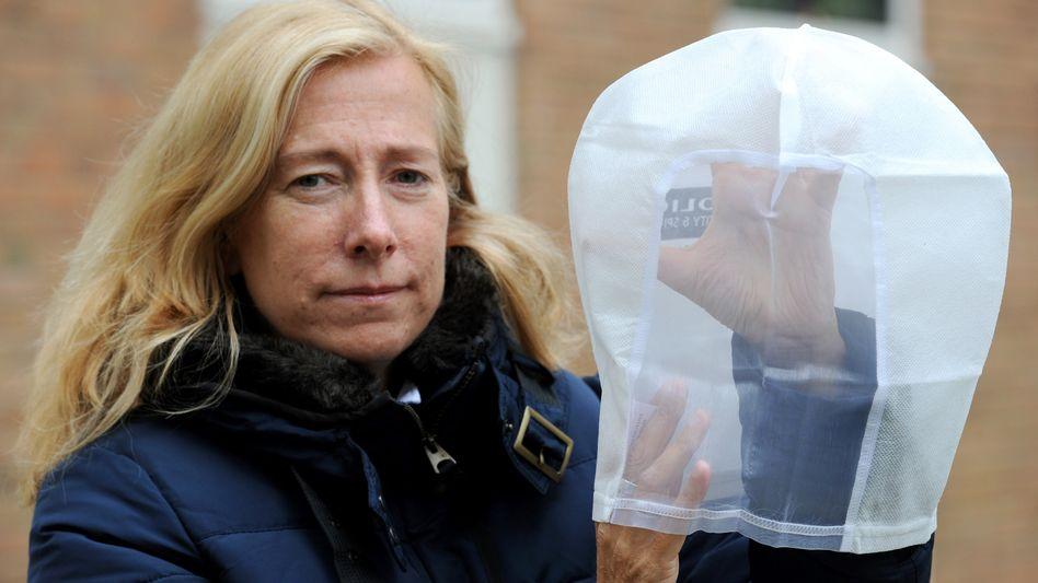 Sprecherin des Bremer Innensenators Rose Gerdts-Schiffler mit Schutzhaube: ein bis vier massive Spucker pro Monat