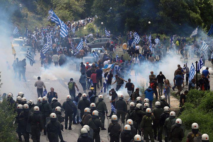 Griechische Demonstranten am Rande der Zeremonie