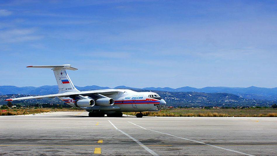 Russisches Transportflugzeug (in Dschabla, April 2014): Diese Maschine brachte, so hieß es jedenfalls, Hilfsgüter. Nun wird über Militärgerät berichtet