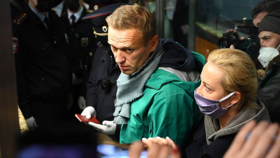Alexej Nawalny mit seiner Frau Julija an der Passkontrolle in Moskau