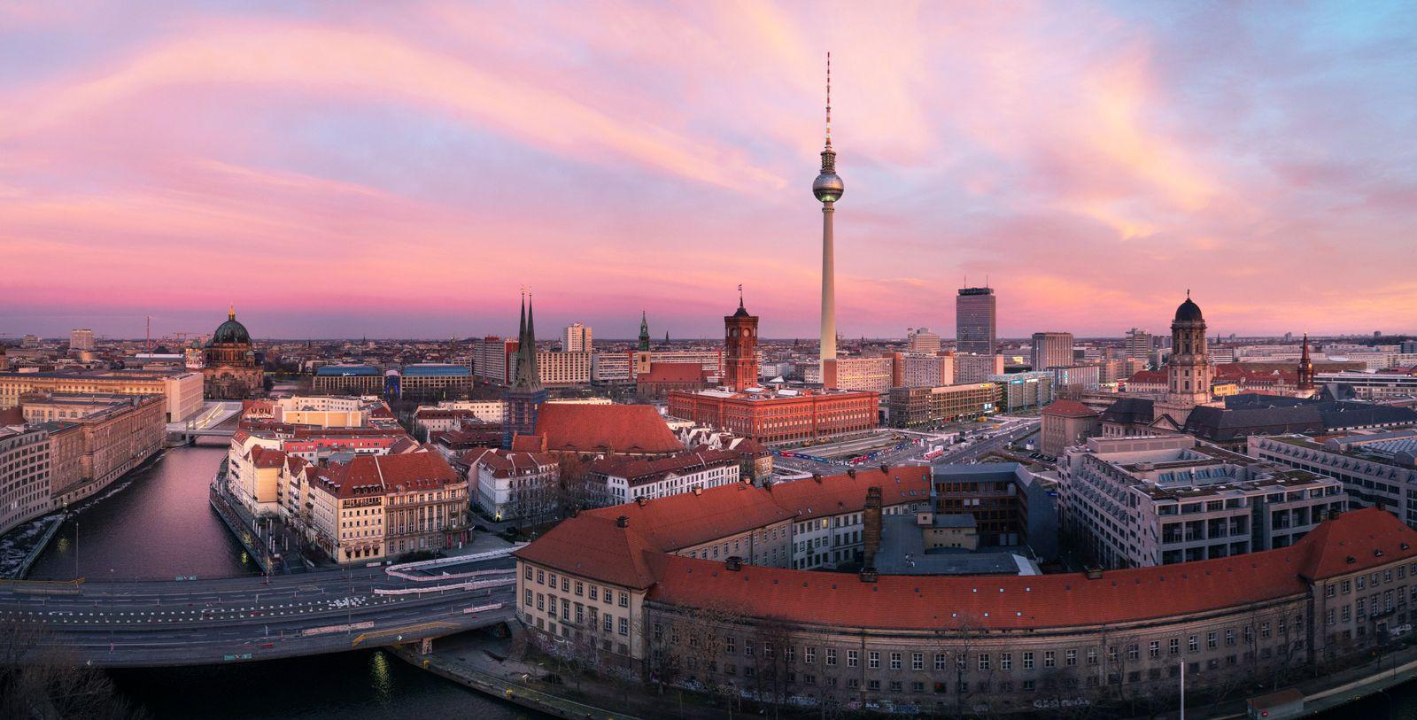 Morgenstimmung und Sonnenaufgang im Zentrum von Berlin Mitte 27.12.2020, Berlin, GER - Morgenstimmung und Sonnenaufgang