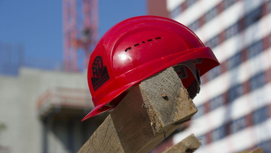 Auch Architekten brauchen auf der Baustelle einen Helm
