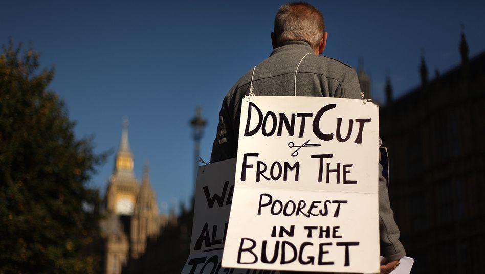 """""""Spart nicht bei den Ärmsten"""": Protest gegen die Sparpläne der britischen Regierung"""