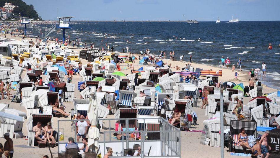 Abkühlung an der Ostsee: Auf der Insel Usedom tummeln sich Touristen am Strand