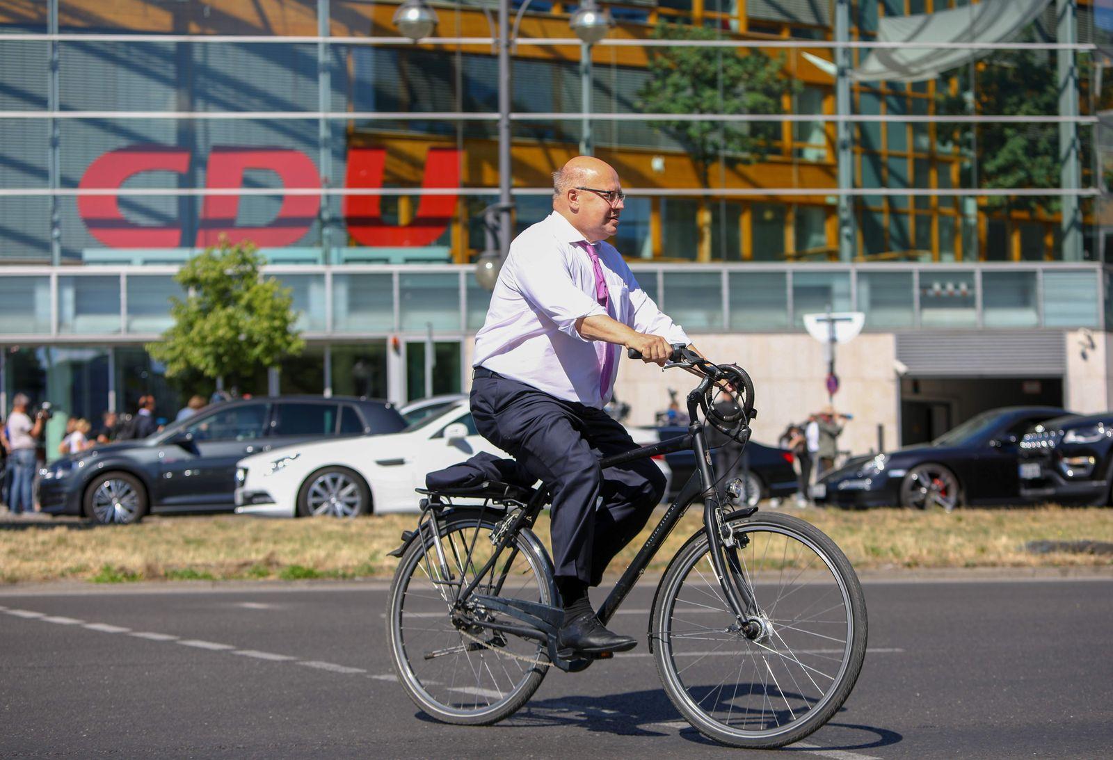 Peter Altmaier fährt Fahrrad