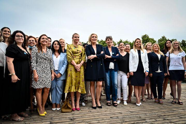 RN-Chefin Marine Le Pen mit Mitgliedern des Parteirats: mit 40 Prozent Frauenanteil weiblicher denn je