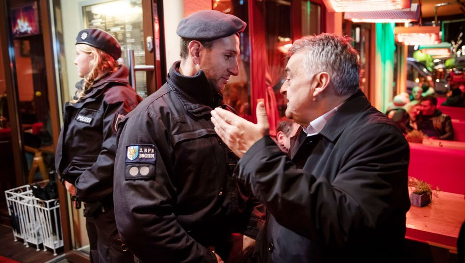 Herbert Reul mit Polizisten bei der Razzia in einer Shisha-Bar