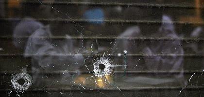 Ort des Terrors: Einschusslöcher in der Scheibe des Café Leopold