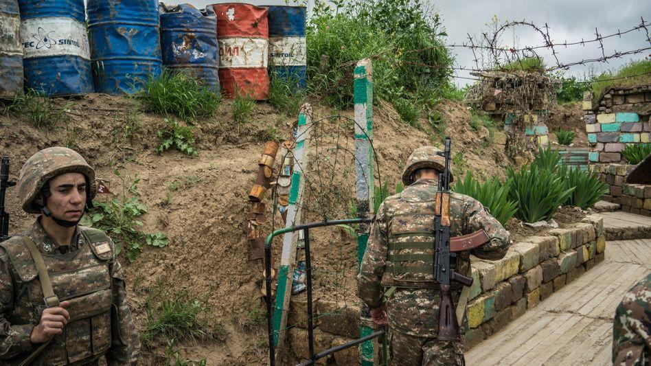 Sicherheitskräfte der zwischen Armenien und Aserbaidschan umstrittenen Region Berg-Karabach (Archivbild)