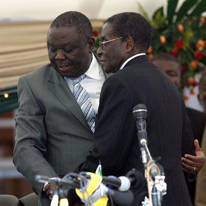 """Tsvangirai (l.) und Mugabe: """"Scheibchenweise jedem Kompromiss zugestimmt"""""""
