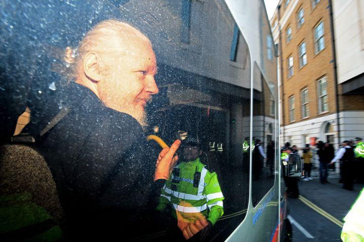 Julian Assange am 11. April nach dem Verlassen der Botschaft