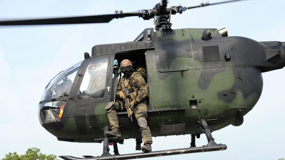 KSK-Soldaten im Einsatz mit einem Hubschrauber (Archiv)