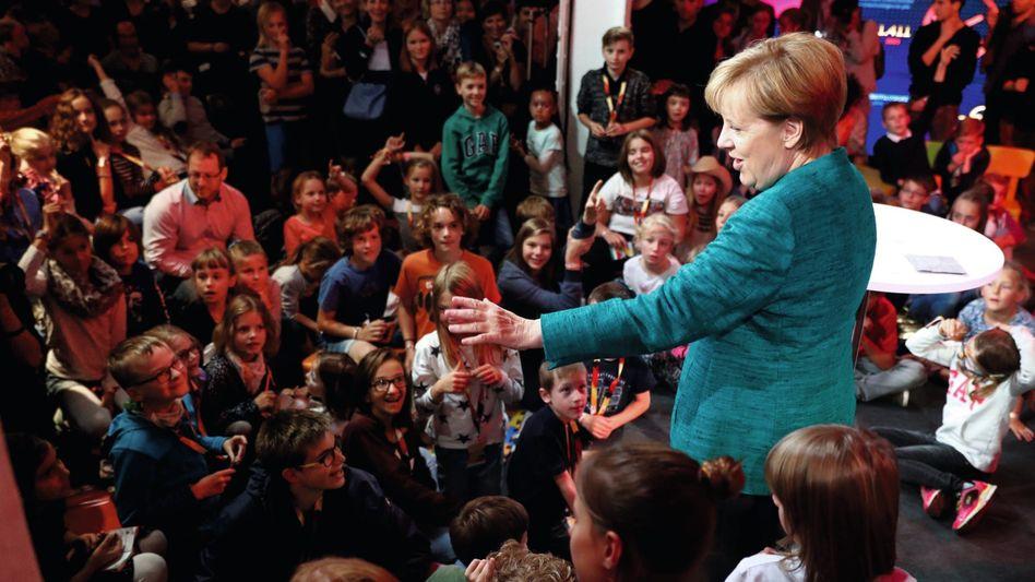 Kanzlerin Angela Merkel bei Wahlkampfveranstaltung 2017 mit Kindern in Berlin: Lange gegen eine Verfassungsänderung gewehrt