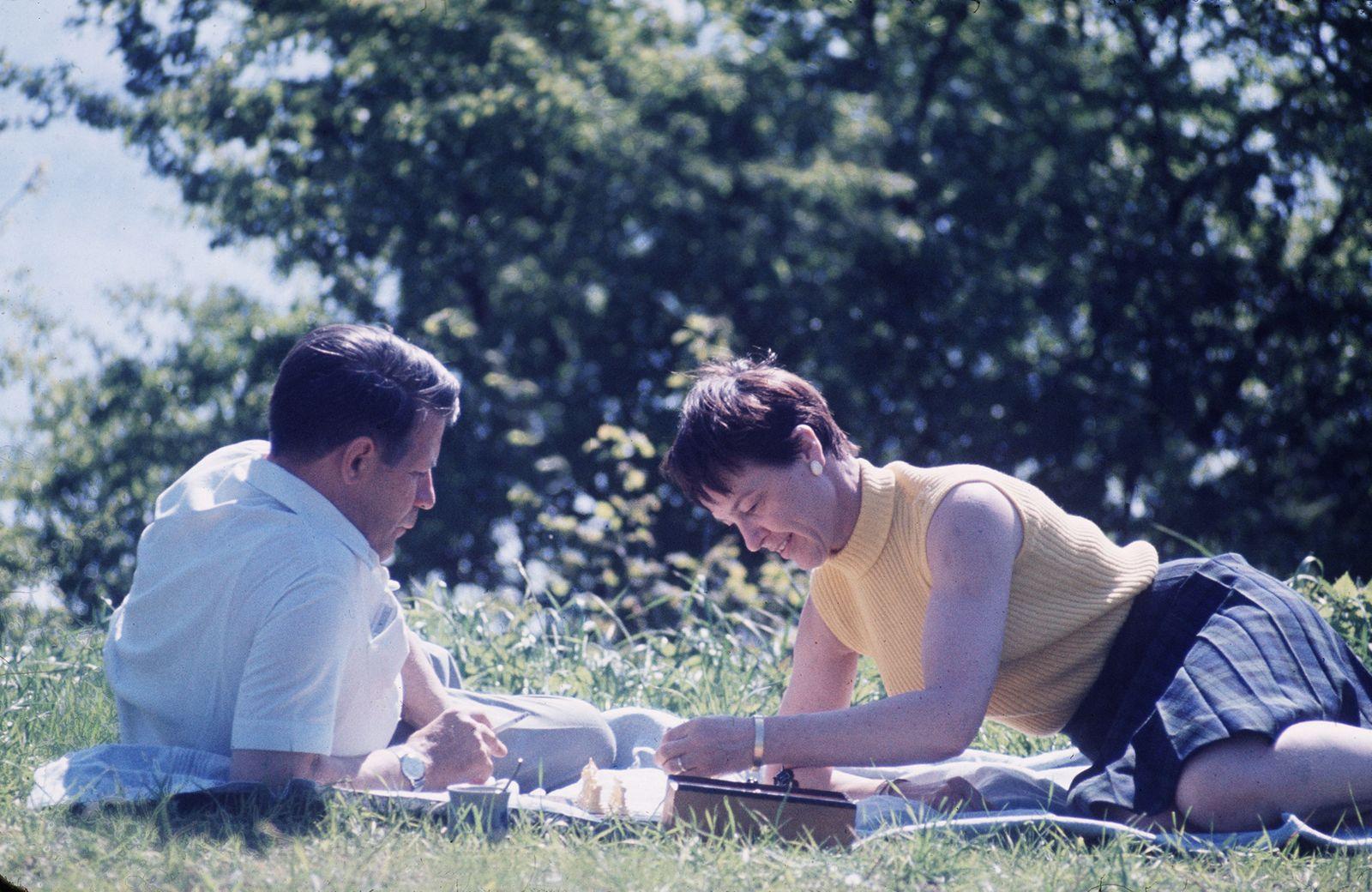 Schmidt, Helmut - Politiker, SPD, D - mit Ehefrau Hannelore (Loki) beim Schachspielen im Garten ihres Ferienhauses am Brahmsee