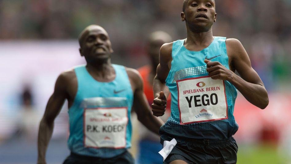 Kenianer Hillary Kipsang Yego (r.) und Paul Kipsiele Koech (Archivbild): Train hard, win easy