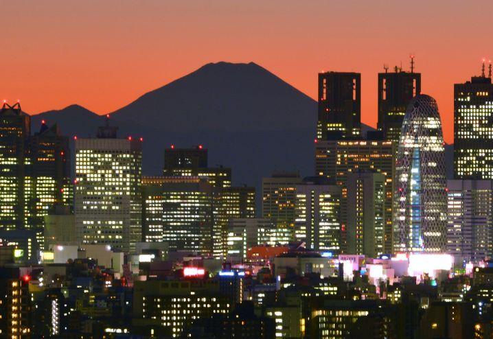 Japans höchster Berg Fuji hinter der Skyline von Tokio