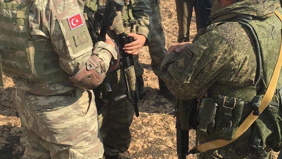 Ein Bild, zur Verfügung gestellt vom türkischen Militär, zeigt eine gemeinsame Patrouille mit russischen Soldaten