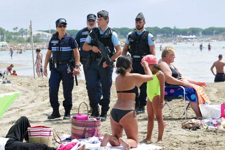 Patrouillierende Polizisten an einem französischen Badestrand