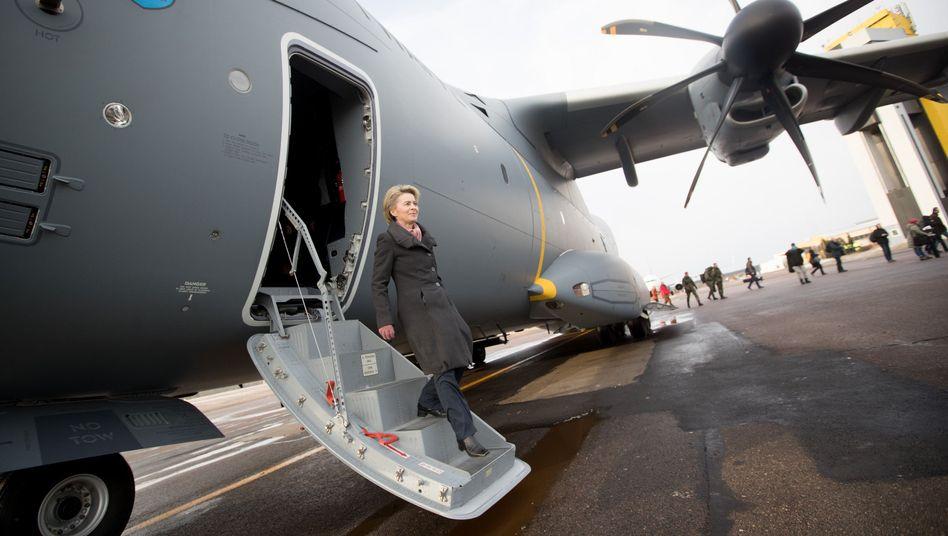 Bundesverteidigungsministerin Ursula von der Leyen steigt aus einem Airbus A400M der Luftwaffe