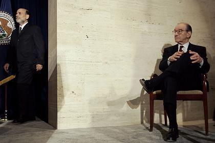 Gutverdiener Greenspan (rechts) mit Nachfolger Bernanke: Sechsstellige Summe proAuftritt