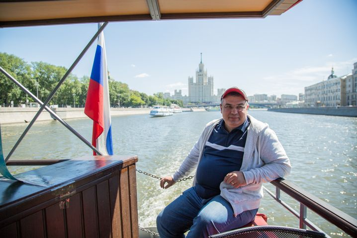 Sergej auf seinem Ausflugsschiff, sein Unternehmen, für das er mehr als zehn Jahre arbeitet, hat neun Boote