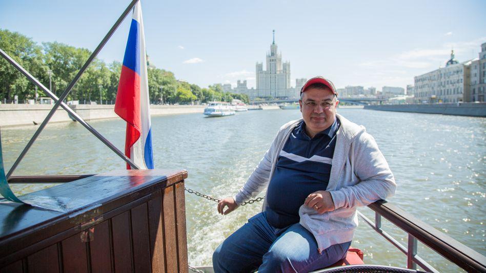Sergej Mamonow liebt es zu beobachten, wie sich sein Moskau nach und nach verändert. Er schippert Touristen über den Fluss Moskwa. Die WM hat ihm zahlreiche neue Passagiere beschert, aber so richtig zufrieden ist er nicht.