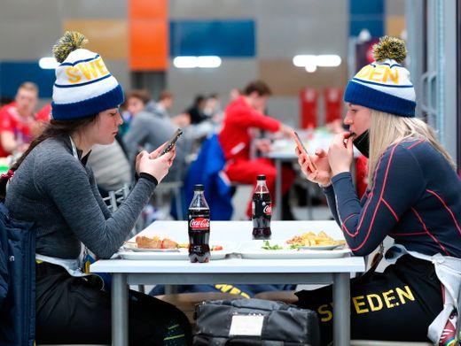 Schwedische Athletinnen beim gemeinsamen Essen in einer Kantine
