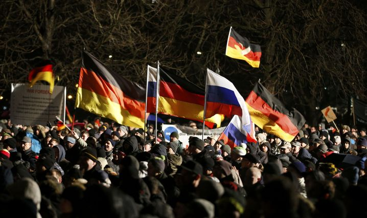 """Russlandfans bei einemPegida-Marsch in Dresden 2015: """"Ein totes Pferd, auf dem man nicht reiten sollte"""""""