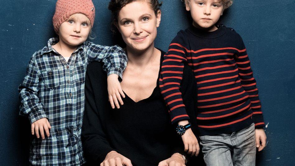 Caroline Rosales mit Tochter und Sohn