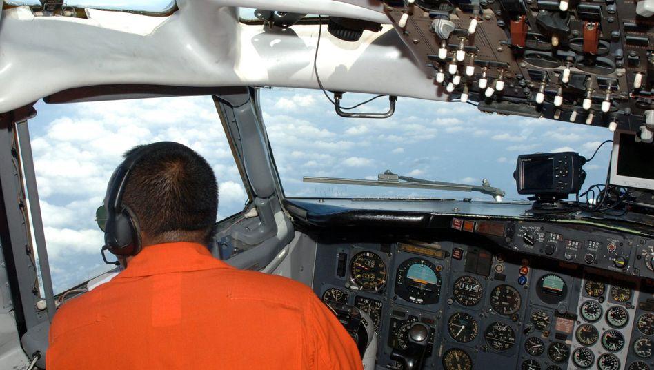 Pilot der indonesischen Luftwaffe: Vergebliche Suche nach Flugzeugwrack