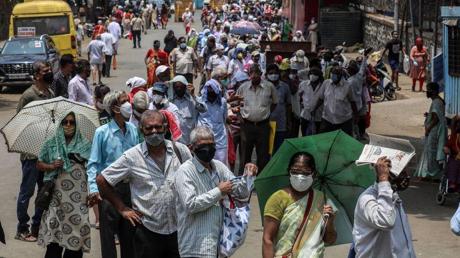 Impfanwärter in Mumbai (im April)