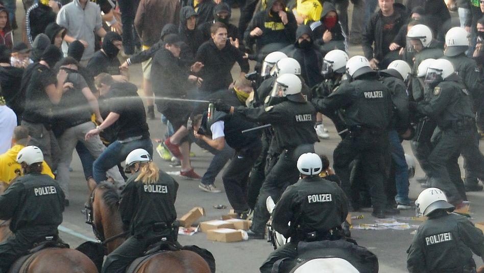 Dortmund-Fans beim Schalke-Derby: Kämpfe mit der Polizei