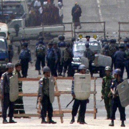 Barrikade in Rangun: Die Militärjunta rüstet auf