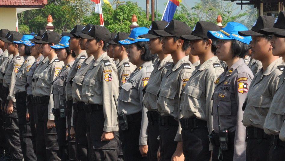 Indonesische Polizei-Kadettinnen (mit Ausbilderinnen im blauen Käppi): Schmerzhaftes und traumatisches Erlebnis