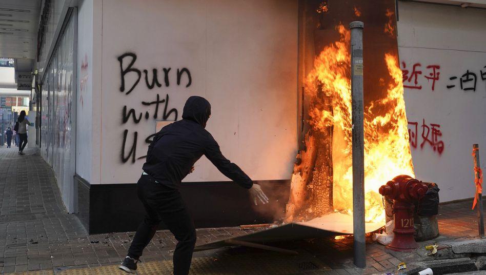 Ein Demonstrant in Hongkong wirft einen Brandsatz