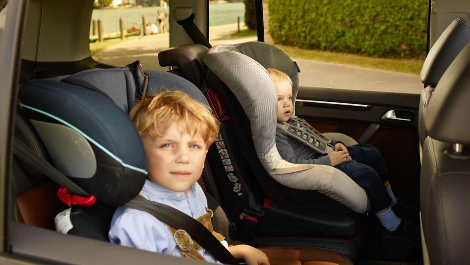 Zwei Kinder in einem Auto (Symbolbild)